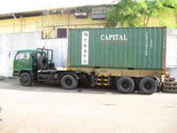 Kontainer unuk angkut kiriman ke kapal menuju Manado